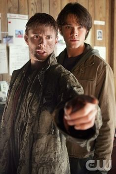 Jensen Ackles as Dean Winchester and Jared Padalecki as Sam Winchester - Supernatural Supernatural Fans, Jensen Ackles Supernatural, Supernatural Episodes, Supernatural Wallpaper, Winchester Boys, Winchester Brothers, Jared Padalecki, Emmanuelle Vaugier, Mejores Series Tv
