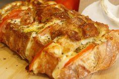 Un rico pan con tomate, orégano y mozzarella.
