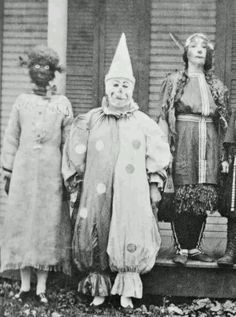creepy Halloween vintage old photo Retro Halloween, Costume Halloween, Creepy Old Photos, Photo Halloween, Halloween Fotos, Vintage Halloween Photos, Creepy Costumes, Creepy Pictures, Creepy Clown