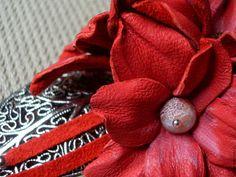 Купить или заказать Колье и серьги Коралловая нежность в интернет-магазине на Ярмарке Мастеров. Удивительно нежное и яркое колье для того, чтобы сделать Вас незабываемой этим летом! Собрано на замшевых шнурах кораллового цвета, декорировано тремя нежными цветами из натуральной кожи в тон. Ажурный лист и тонкие кожаные подвески в центре колье, изящная фурнитура цвета античного серебра и роскошные бусины африканского агата-кракле редкого кораллового оттенка - все эти детали для того, чтобы…