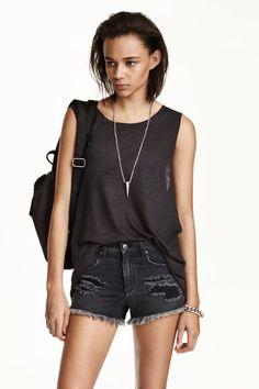 Camiseta de tirantes larga: Camiseta de tirantes larga en punto en mezcla de lino, con costuras sobrehiladas en cuello y sisas, parte inferior sin rematar y parte trasera ligeramente más larga.