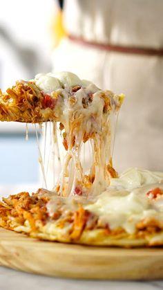 Torta de frango com catupiry feita na frigideira para uma refeição prática, fácil e super gostosa.