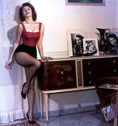 vintage everyday: Classic Beauty Icon of Italy – 35 Stunning Color Photos of Sophia Loren in the and Pin Up Vintage, Mode Vintage, Vintage Glamour, Vintage Beauty, Vintage Fashion, Vintage Style, Retro Vintage, Vintage Hollywood, Hollywood Glamour