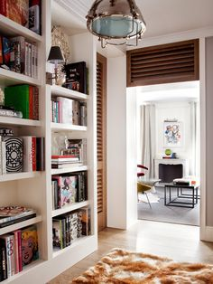 Cosy entrance for this classic and colorful appartment in Madrid Styling Bookshelves, Bookcase Shelves, Bookcases, Shelving, Modern Interior Design, Interior Architecture, Design Interiors, Shelf Design, Apartment Design