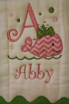 Personalized and appliqued burp cloth baby girls with whale Baby Embroidery, Embroidery Ideas, Applique Ideas, Baby Sewing Projects, Sewing Crafts, Baby Burp Cloths, Baby Bibs, Burp Rags, Machine Embroidery Projects
