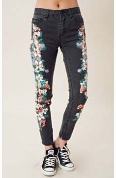 Inspiration to paint over jeans and canvas sneakers! - floral print over black jeans from planet blue Stylish Outfits, Fashion Outfits, Womens Fashion, California Girl Style, Matches Fashion, Fashion Addict, Style Inspiration, Clothes For Women, Nike
