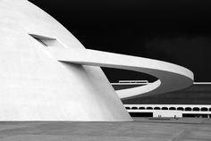 Oscar Niemeyer pelas lentes de Haruo Mikami,Museu Nacional Honestizo Guimarães. Image © Haruo Mikami