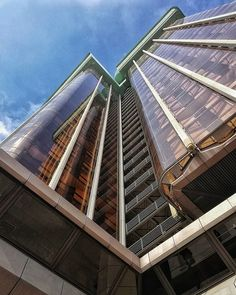 Cielo azul... #madrid #places#lugares #people#gente#urbanscenes#escenasurbanas #buildings #architecture #arquitectura #edificio #sky #winter #invierno #huaweimate10 @huaweimobileesp