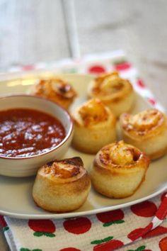 Deze lekkere pizzarolletjes met dip zijn snel gemaakt, zien er leuk uit en je kunt ze zo uit de hand eten. Ideaal voor een (kinder)feestje dus!Recept voor 12 tot 14 rolletjesBoodschappenlijstje:1 pakje met vers pizzadeeg1 pakje tomatensausingredienten om de pizza te belegen zoals ui, geraspte kaas, plakjes ham, salami, paprika enz.Voor de dip:200 ml tomatensaus2 teentjes knoflook1 ui1 eetlepel Italiaanse kruidenAan de slag!Verwarm je oven voor volgens de bereidingswijze op