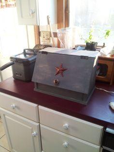 country bread box Country Bread, Bread Boxes, Cape Cod, Furniture Making, Craftsman, Homemade, Kitchen, Cod, Artisan