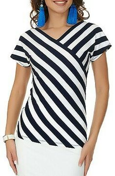 I love the stripe placement, as opposed to stripes in one direction in the yoke and the other direction for the rest. veil Source by. Sewing Blouses, Mode Plus, Blouse And Skirt, Stripe Skirt, Corsage, Dress Patterns, Blouse Designs, Blouses For Women, Casual Outfits
