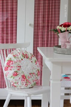 pretty red gingham curtains inside the cupboard doors Crochet Cushions, Sewing Pillows, Gingham Curtains, Internal Design, Red Cottage, Round Pillow, Red Gingham, Country Decor, Decoration