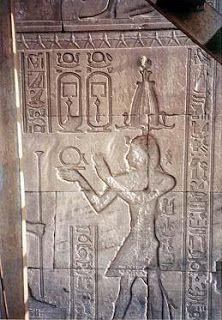 """Figura 1. Tempio  di Hathor, Dendera. I geroglifici nei cartigli  si leggono  per-a'a,  """"Grande Casa"""" o """"Palazzo"""" , da cui deriva la parola """"Faraone"""". Il cartiglio è doppio, così come ogni faraone ha due cartigli per il suo nome reale completo. Il pannello associa la """"Grande Casa"""", il Faraone, con la """"Casa di Horus"""", cioè Hathor; (segue nel primo commento)"""