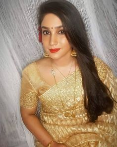 She's so timeless! The very beautiful Gayathiri❤❤ Chain Jewelry, Gold Jewellery, Beaded Jewelry, Gold Mangalsutra Designs, Dewy Makeup, Beauty Room, Down Hairstyles, Saree Blouse, Antique Gold