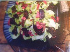 Salat, bagte rødbeder og rabarber. Dressing af olie, lakridssirup, honning, peber og citronsaft.