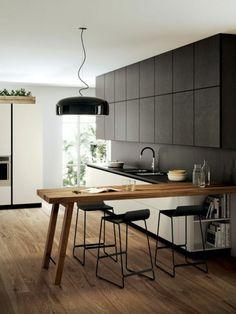 cocina rústica, mesa de madera, sillas altas de metal, balsa negra, lámpara colgante negra
