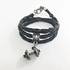 Pulseira masculina couro trançado na cor preto 3 voltas pingente halteres em banho prata envelhecida. > Informe em perguntas ao vendedor (antes ou após a ...