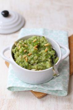 Broccolistamppot met pesto en kip. 200 gr aardappels, 200-300 gr broccoli, 80-100 gr gerookte kip(reepjes), 2 el pesto, snufje zout en peper, 1 el pijnboompitten. Eventueel 1 el creme fraiche/melk