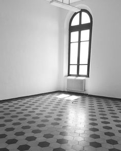 #instaschool #enricototi#pisa #pisachefu #anni30 #l4l #exagonal#cementine #esagoni#blackewhite #window #finestra#termosifone #ghisa by simoneg.pi