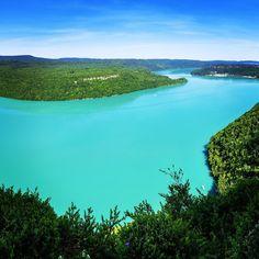 Lac de Vouglans, plus de 70 km de rives natures | Jura, France | Photo Stéphane Godin/Jura Tourisme | #JuraTourisme