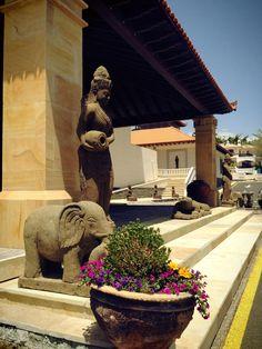 Estas esculturas visten nuestro hotel con el ambiente más relajado... / These sculptures wear our hotel with more relaxed ... #hotel #relax #sculptures #bali #tenerife