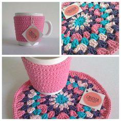 taza cerámica abrigadita con funda crochet lisa y posa