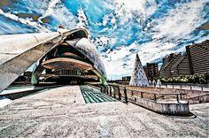 """#Valencia #CiudadDeLasArtesYLaCiencias  El pasado no alcanza a esta ciudad, hecha para vivirla! Ciudad joven, moderna y dinámica, con un fuerte movimiento cultural y económico, en contraste con la crisis global. Como otras ciudades del mundo Valencia ha apostado a la transformación urbana. """"Bueno chicos, cena con tapas o paella valenciana de Casa Roberto? Luego nos vemos en el puente para un botellon y todos a bailar al Mya!"""" Aqui no se duerme... se rie!  #YOURCityYOURCapital #Spain"""