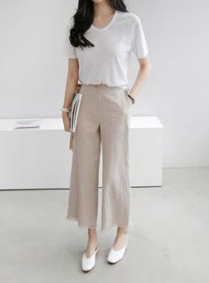 Minimal Fashion Style Tips. Minimal fashion Outfits for Women and Simple Fashion Style Inspiration. Minimalist style is probably basics when comes to style. Korean Fashion Trends, Asian Fashion, Hijab Fashion, Fashion Outfits, Fashion Clothes, Fashion Tips, Minimal Outfit, Minimal Fashion, Work Fashion