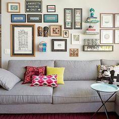 Tons neutros com muitos quadros e composição de almofadas. Quem ama? ❤ {Projeto @mandrilarquitetura} #decoraçãopravocê