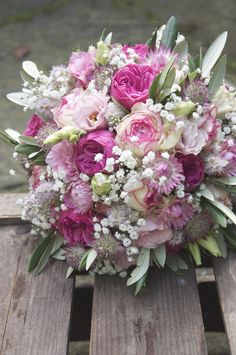 Brausträuße mit romantischen Rosen in rosé / pink mit Schleierkraut. Hochzeitsfloristik für Niedersachsen
