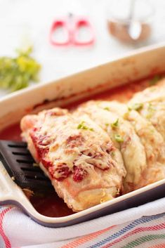 This Slimming World Hunter's Chicken is so yummy in a rich paprika tomato sauce. Each chicken is wrapped in bacon, topped with cheese and serves a family of four! Old Chicken Recipe, Chicken Recipes, Slimming World Hunters Chicken, Great Recipes, Healthy Recipes, Delicious Recipes, Weightwatchers Recipes, Bacon Wrapped Chicken, Family Meals