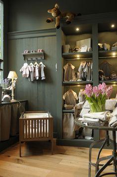 Boutique exclusive de vêtements pour enfants de la naissance à 3 ans. Pl. Sant Gregori Taumaturg 6-7. 08021 Barcelona. - Love how this space creates a dostinct mood