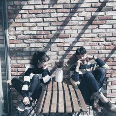 // ulzzang couple shared by nad. Mode Ulzzang, Ulzzang Girl, Poses, Couple Avatar, Couple Ulzzang, Couple Shots, Pre Wedding Photoshoot, Korean Couple Photoshoot, Couple Outfits