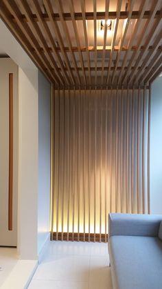 Projeto Paula Martins Arquitetura, Interiores e Detalhamento para varanda do quarto do casal, com ripado em Carvalho Americano e porta de correr com puxador cava.