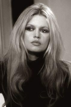"""Brigitte Bardot is een actrice, zangeres en fotomodel. Als ondeugende """"stoeipoes"""" en frivole pin-up maakte ze zeer snel internationaal furore en vooral in Europa vormde ze een icoon van de jaren vijftig. Ze werd geboren op 28 september 1934 in Parijs."""