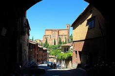 San Domenico fotografata dall'Arco di Porta Salaria e lungo Via di Fontebranda. Foto del Tesoro di Siena