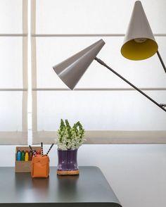 """""""Outro ângulo desse escritório com detalhe de luminária de piso retrô. Projeto RAP Arquitetura #raparquitetura #anaveirano #aleriera #jaderalmeida…"""""""