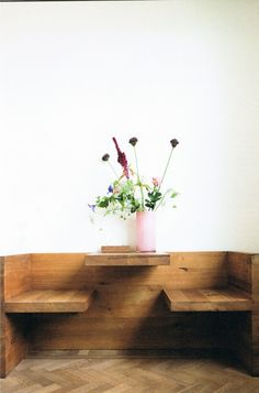 A New Book Features the Botanical Decor of Your Dreams - Sight Unseen - Home Decor Ideas Dining Booth, Corner Booth Kitchen Table, Corner Dining Table, Corner Bench, Table Bench, Kitchen Seating, Wooden Kitchen, Botanical Decor, Booth Seating