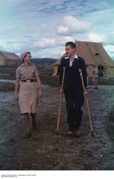 Captain Bill Kay Strolls with Nursing Sister Dorothy Rapsey. North Africa, Second World War. Canadian Soldiers, Canadian Army, Canadian History, American History, Vintage Medical, Helping The Homeless, Female Photographers, Women In History, North Africa