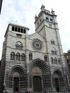 da est a ovest il centro storico di Genova presenta decine di chiese dall'anno 980dc al 1700dc , in uno splendore di Storia e Religiosità !