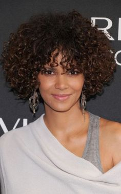 Très nature, la sublime Halle Berry a opté pour une coiffure afro avec boucles serrées au joli reflet chocolat sur cheveux coupés en carré avec frange. Un style bohème chic qui révèle la beauté naturelle de l