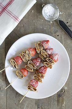 Uitdeelhapje pannenkoeken en aardbeien op een stokje