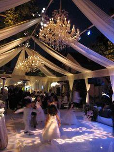 Outdoor wedding- con preciosos efectos de luces con robots. El todo puede cambiar poco a poco de color, o muy de prisa, según lo programes