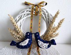 vtáčiky - modrotlač Folk, Book Tree, Diy And Crafts, Wreaths, Christmas Ornaments, Holiday Decor, Home Decor, Xmas Ornaments, Homemade Home Decor