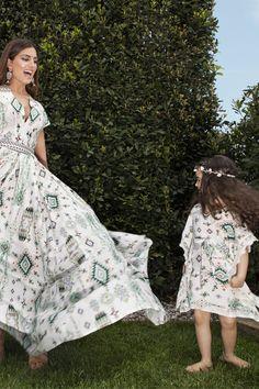 "Maxi εμπριμέ φόρεμα ""μεσάτο"", γιακάς σε σχήμα ""ν"" και κοντό μανίκι. Φερμουάρ στο πίσω μέρος. Για παιδιά 2-4 ετών."