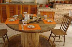 A mesa de carretel de madeira deu toque rústico ao ambiente