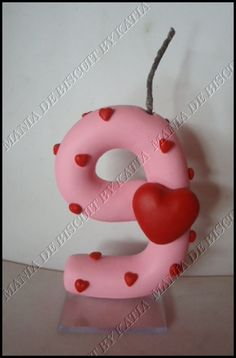 Vela em biscuit com detalhes em coração... pode ser mudado cores e numero....7cm de altura