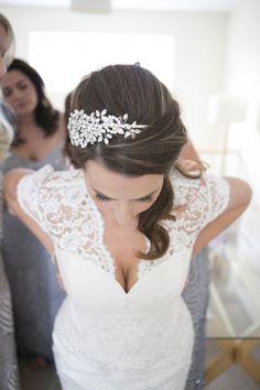 Pour une belle coiffure de mariée, pensez à un bijou de cheveux.
