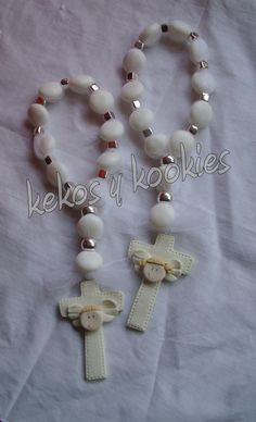 Estas galletitas tambien se pueden dar en bautizos o cuando nace el bebe.                                            Para d... Favors, Pearl Necklace, Beaded Bracelets, Pearls, Pasta, Jewelry, Cold Porcelain, Hand Made, Baptisms