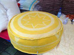 Poef gemaakt van oude wollen deken. www.tjokkalille.nl